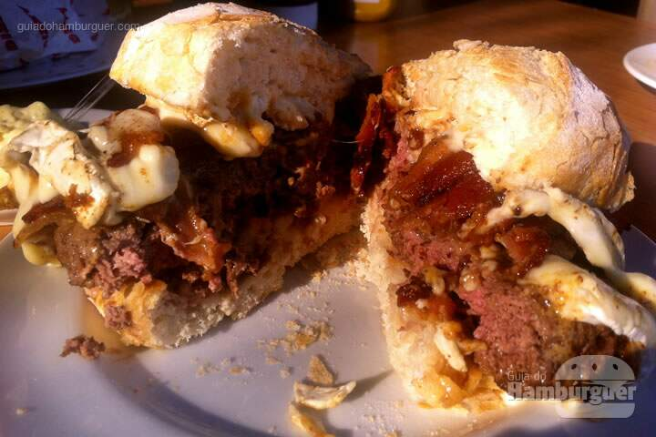 Dizzy Max (hambúrguer 200g, queijo brie e molho de tomate especial) e bacon adicional - Dizzy