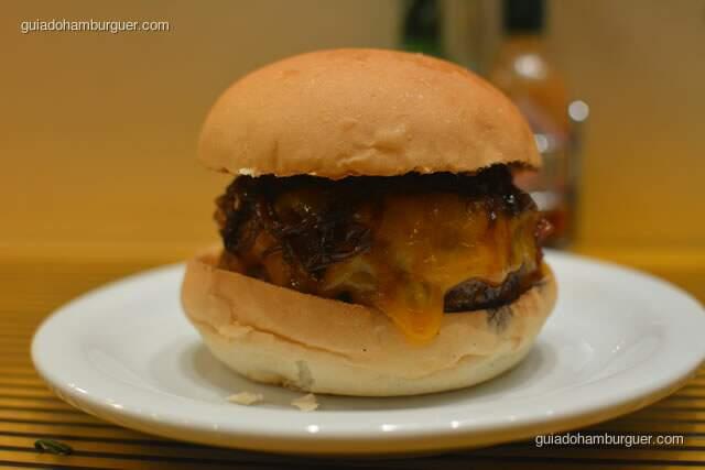 Minetta preparado com um hambúrguer, cheddar e cebola confit - Z Deli Sanduíches