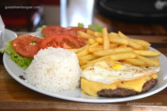 Hambúrguer, queijo, ovo frito, salada e fritas - Hamburguinho, tradicional desde 1974