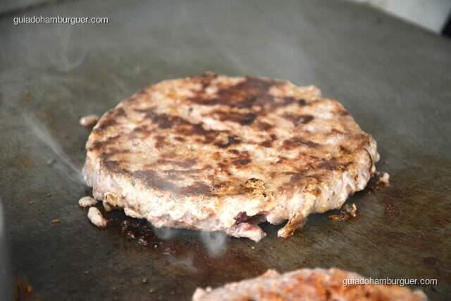 Detalhe do hambúrguer sendo finalizado - Hamburguinho, tradicional desde 1974