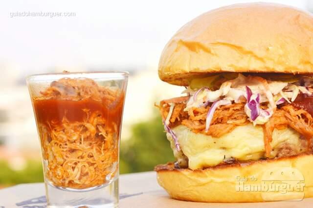 Hambúrguer artesanal de 180g de fraldinha, queijo estepe derretido, pulled pork (porco desfiado) preparado lentamente por 8h e temperado ao estilo norte americano, molho barbecue com receita exclusiva, e picles levemente adocicado no pão brioche - Butantan Food Park