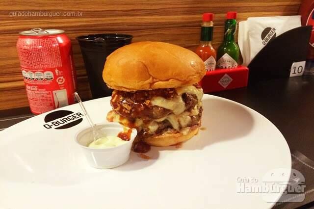Q-Burger Big Barbe Jack: dois hambúrgueres grelhados, crispy de cebola e alho, queijo emmental e o molho barbecue com Jack Daniels. Acompanha maionese de wassabi – R$ 32,90