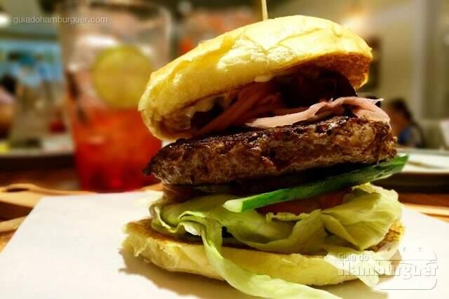 Greek Lamb Burger: Hambúrguer de cordeiro 200g, queijo feta, molho grego, alface americana, tomate, relish de cebola, pepino e azeitona preta no pão de hambúrguer brioche por R$ 34,00