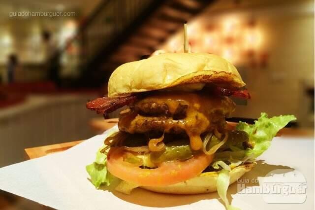 American Double Bacon Cheeseburger: Dois Fifties Burger de 120g, pão de hambúrguer brioche, cheddar inglês, maionese, mostarda, alface americana, tomate, picles, toastes ânion e peppered bacon por R$ 34,00