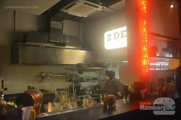 Balcão com o barmanCasa lotada - Z Deli Sandwich Shop