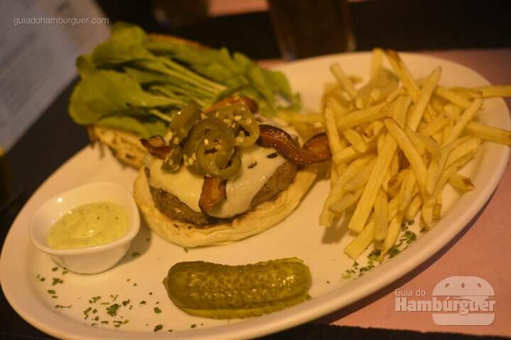 Cheeseburger Rocksoff: 200g de fraldinha, queijo emmental, rúcula selvagem, jalapeños em conserva, maionese de alho no pão de batata - Ramona