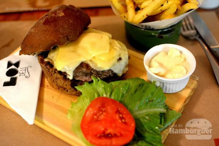 Cheeseburger acompanhado de alface, tomate e maionese - Lox Deli
