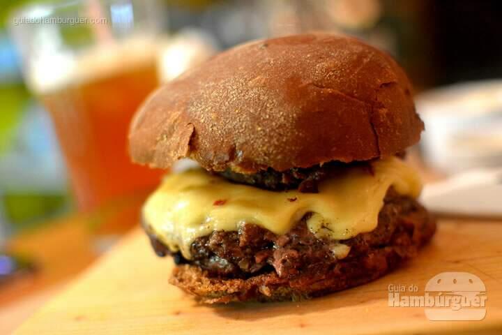 Pastrami Burger pronto para ser devorado - Lox Deli
