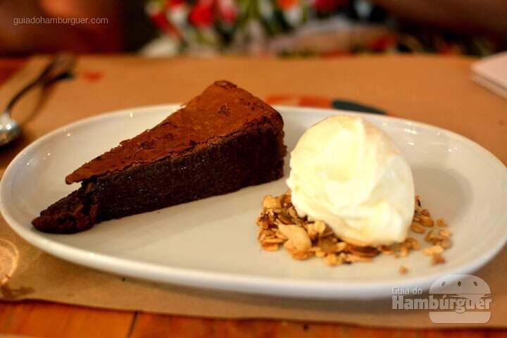 Brownie com sorvete de iogurte e cama de granola - Lox Deli