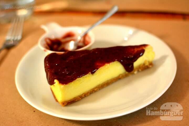 Cheesecake com calda de frutas vermelhas - Lox Deli