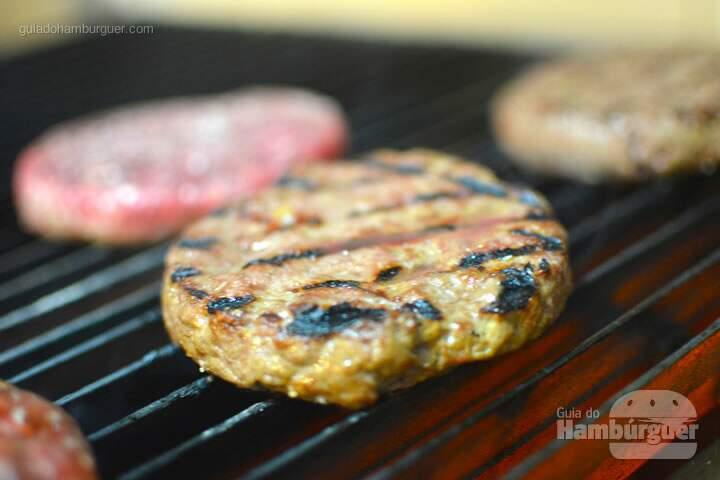 hambúrguer grelhando - Roncador Hamburgueria Artesanal