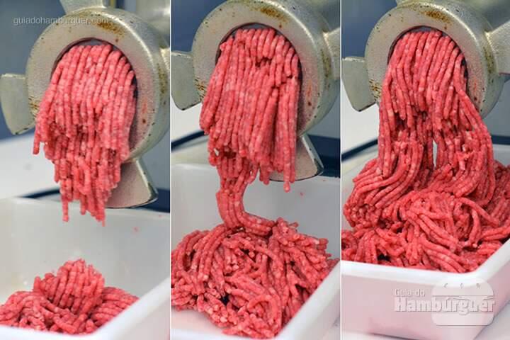 Carne sendo moída pela segunda vez  - Receita hamburguer perfeito caseiro e profissional