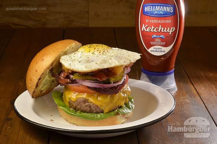 Aussie Burger: Hambúrguer de fraldinha com relish de abacaxi, beterraba em conserva, pickles, tomate, alface e ovo frito, no pão de hambúrguer - R$ 32 - SP Burger Fest