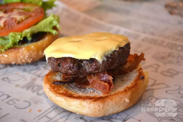 Hambúrguer, bacon, alface e tomate - Stunt Burger