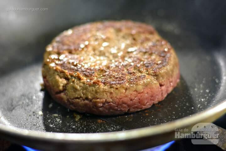 Coloque pimenta do reino  - Receita hamburguer perfeito caseiro e profissional