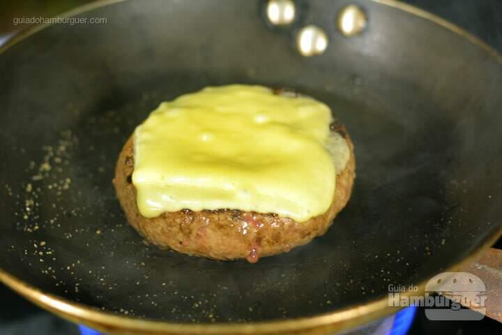Hambúrguer com queijo derretido - Receita hamburguer perfeito caseiro e profissional