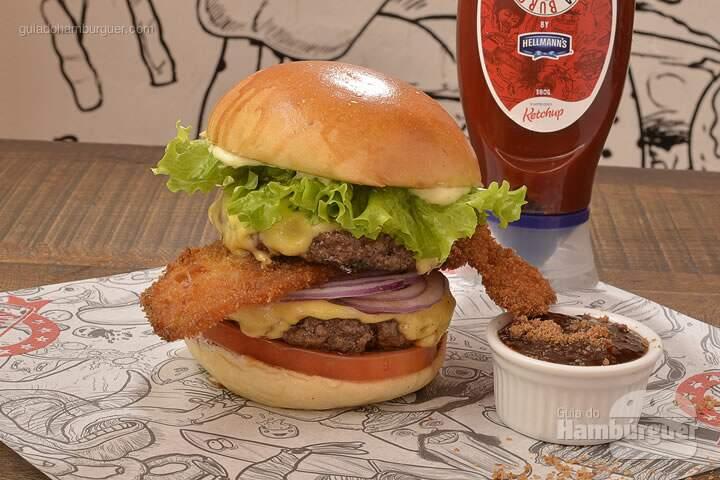 Jules Winfield: 2 hambúrgueres de 140g cada, feitos com o blend da casa, american cheese, 2 fatias generosas do nosso Bacon Stripe* empanado e super crocante, fatia de tomate caquí, cebola roxa, alface crespa, molho barbecue de bacon, feito na casa a base do nosso ketchup Big Kahuna by Hellmann's e maionese da casa. Tudo isso em um pão brioche muito macio. *receita criada pelo St. Louis e feita com a devida permissão -  R$ 29,80  - SP Burger Fest