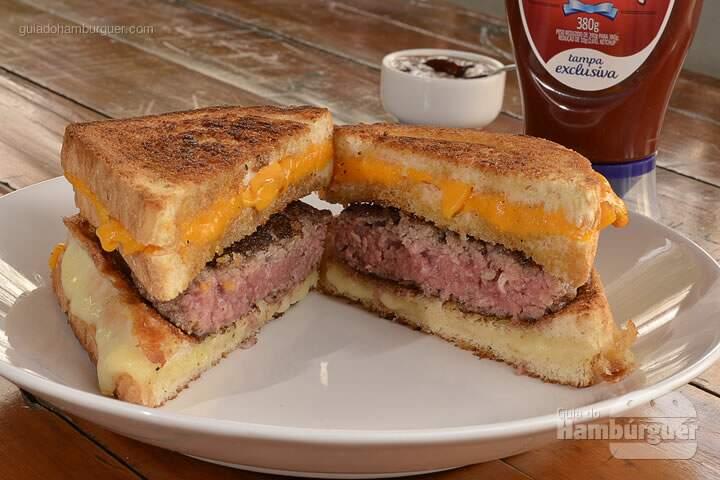 Cheese and Burger: Hambúrguer de 140g com cortes de carnes especiais do chef no meio de dois sanduíches de queijo quente, um de mozzarella e outro de cheddar, grelhados com manteiga artesanal e acompanhado de barbecue da casa. -  R$ 27  - SP Burger Fest
