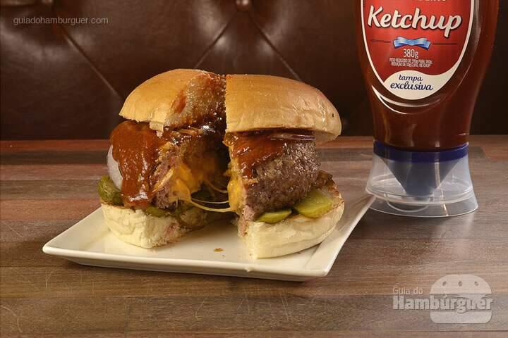 Juicy Lucy: Hambúrguer de 160g recheado com cheddar e queijo prato, picles, cebola roxa e ketchup Hellmann's temperado com curry. -  R$ 26  - SP Burger Fest