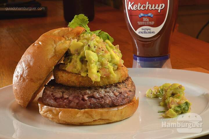 Greenator: Hambúrguer Meats, tomate verde empanado e BBQ guacamole, no pão de mandioquinha. -  R$ 33  - SP Burger Fest