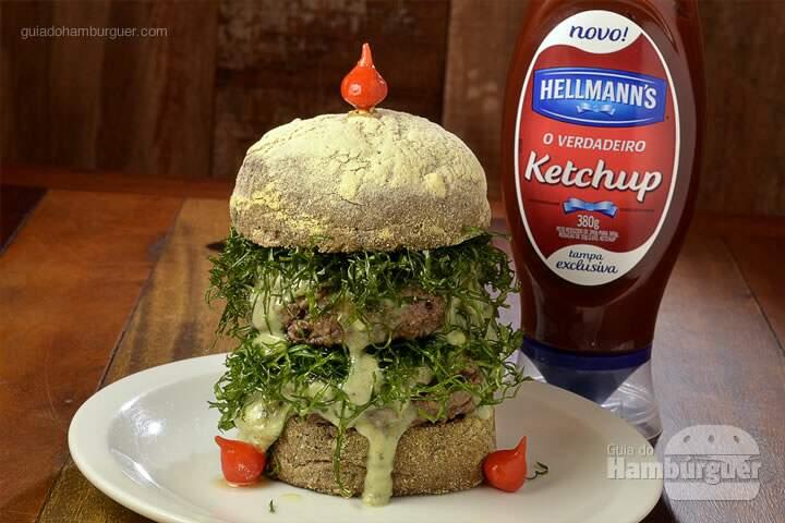 Andaime: Um gigante, com 2 hambúrgueres de 120g cada, queijo gorgonzola, pichaim de couve, no pão australiano. -  R$ 38 - SP Burger Fest