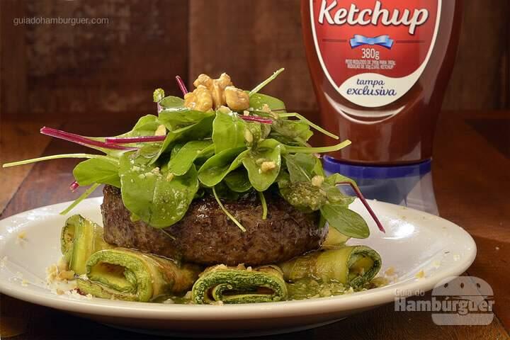 Low Carb: Delicioso hambúrguer sem pão, sobre salada de mini-folhas, pesto, abobrinhas grelhadas e farofa de nozes. -  R$ 30 - SP Burger Fest
