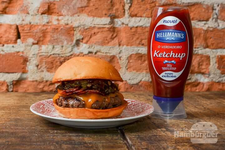 Green Chile Deluxe: Hambúrguer Angus de 180g, queijo cheddar inglês, molho a base de pimenta verde americana e bacon. -  R$ 36  - SP Burger Fest