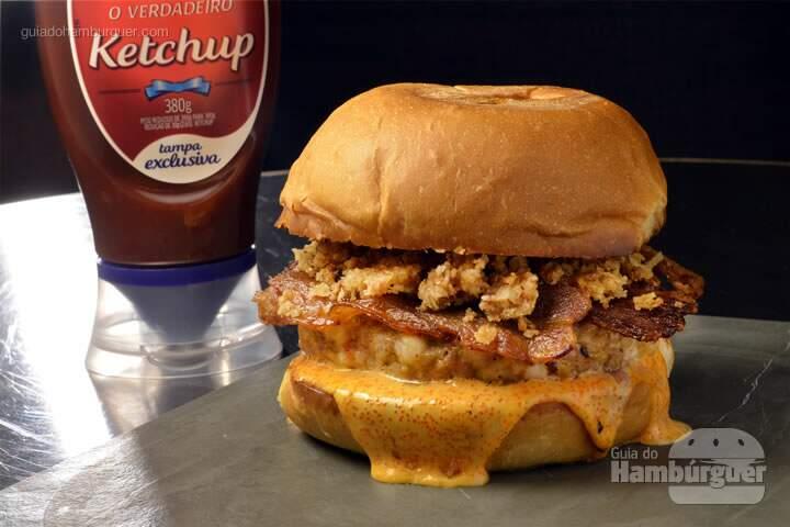 Surf 'n' Turf: Hambúrguer de lombo suíno com camarão, maionese de ovas, bacon caseiro glaceado no molho de ostra e lascas de coco caramelizado servido no pão brioche. - R$39,00