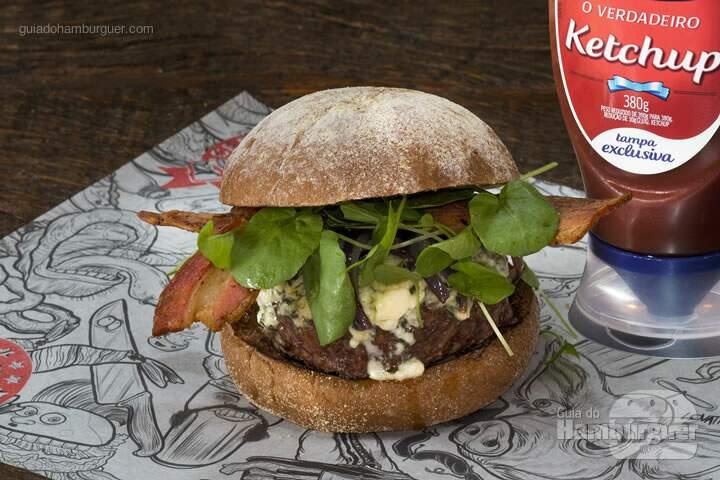 Kill Bill: Hambúrguer de 220g, blue cheese, cebola roxa caramelizasa, bacon de costela e mini agrião, no pão australiano. Maionese caseira à parte – R$ 30,80