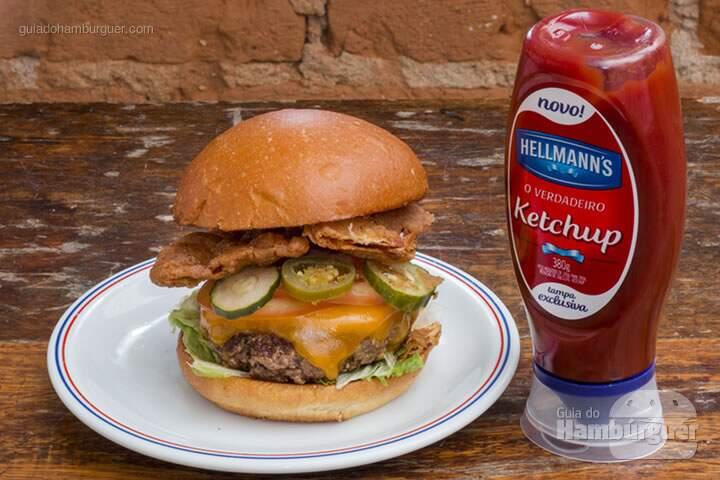 Country Fried Bacon Burger Hambúrguer de Angus de 180g, queijo cheddar inglês, tomate, alface, picles, pimenta jalapeño e bacon empanado e frito servido no nosso pão de batata. – R$ 32