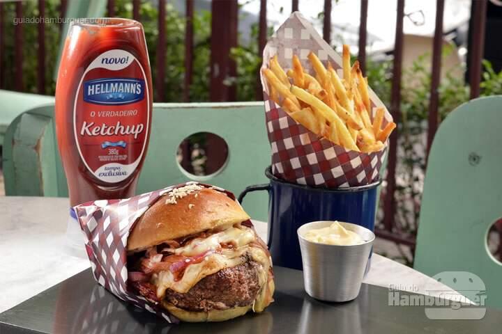 Uhh La Vache!: Hambúrguer de 180g de Dry Aged Burger by debetti, (blend de peito, paleta, miolo do acém e contra-filé) com 30 dias de maturação à seco, queijo gruyère e cebolas roxas caramelizadas, no pão de hambúrguer de brioche com gergelim da Mr. Baker. Acompanham batatas fritas e mayonese Maison. * edição limitada a 200 hambúrgueres. – R$ 49