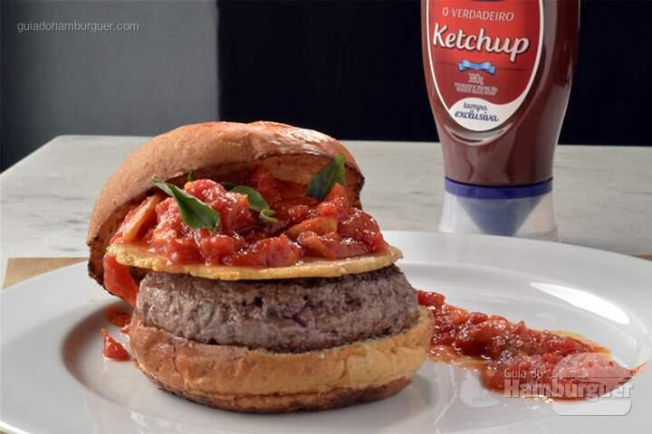 Eat meats, mario! Pão de mandioquinha, hambúrguer de 180g, disco de parmesão crocante e o melhor molho de tomate da vida. – R$ 32