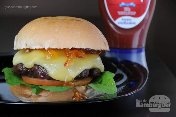 Mineirinho Hambúrguer de fraldinha de 150g, geleia de pimenta, queijo minas, rúcula e tomate, no pão de hambúrguer, – R$26,00