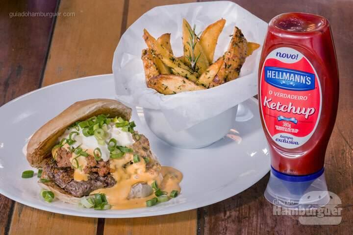 Calhambeque Burger: Hambúrguer de Kobe, creme de cheddar, chilli, cream cheese light e cebolinha picada, no pão de hambúrguer chapeado na manteiga. Acompanha batata artesanal ao tomilho e alecrim.   -  R$36,90