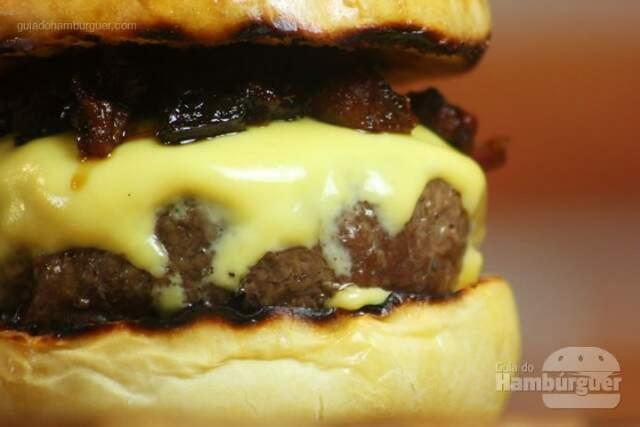 Hambúrguer com geleia de bacon