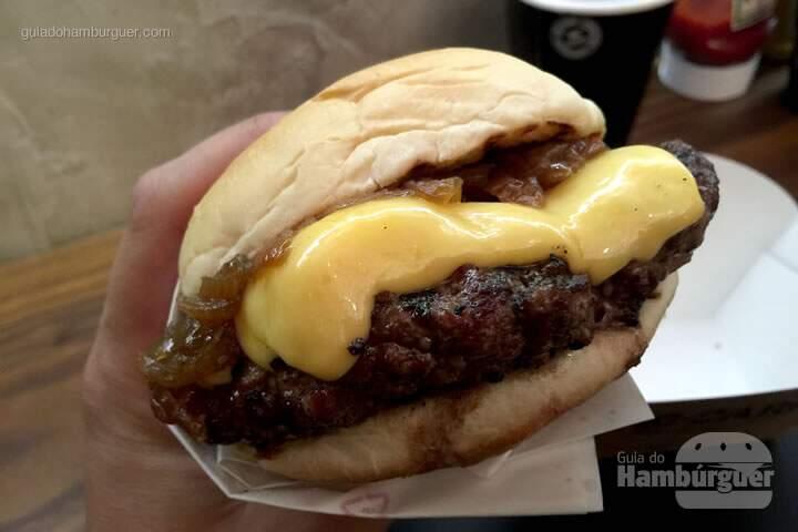 Cheeseburger com cebola caramelizada - Pão com carne hamburgueria artesanal