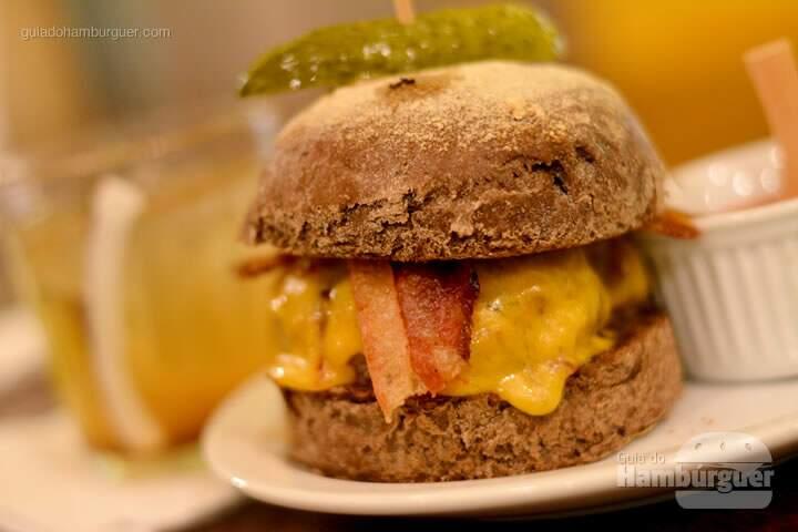 Pirata, Hambúrger, queijo cheddar inglês, bacon e picles no pão australiano e ketchup de goiabada à parte - AÉ Sagarana 4x4