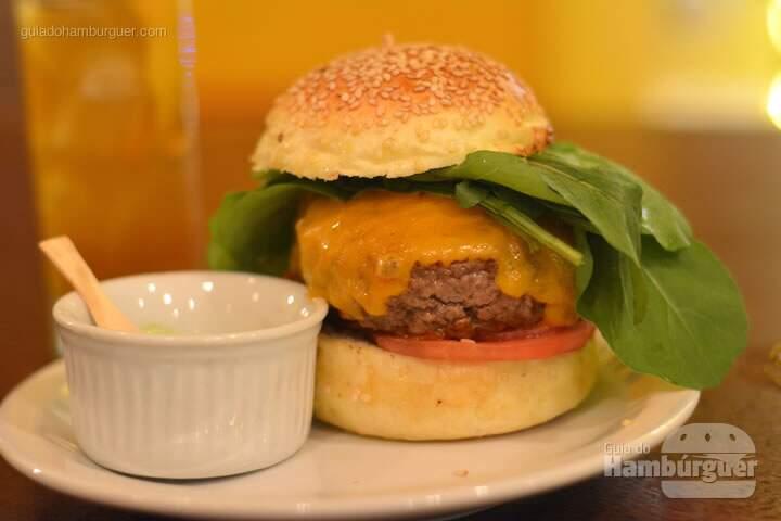 Chorão, Hambúrguer, queijo cheddar inglês, tomate, cebola roxa e rúcula no pão com gergelim e maionese à parte - AÉ Sagarana 4x4