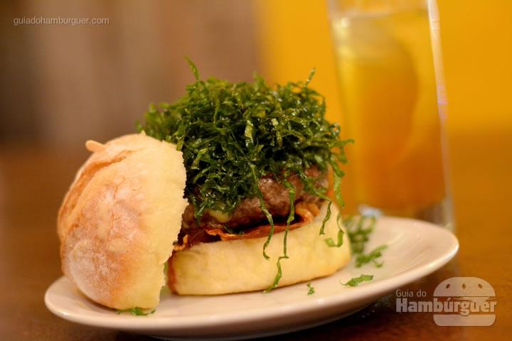 Chulé, Hambúrguer, panceta, queijo blue cheese e crispy de couve - Aé Sagarana