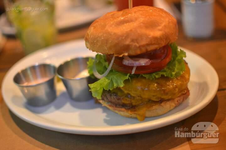 oint Burger, hambúrguer de 180g, alface, queijo muçarela, cebola roxa caramelizada, servido com maionese de rabanete da casa (levemente apimentada) por R$ 31,00