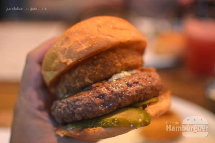 OT Burger, hambúrguer de 180g em cama de picles, queijo gorgonzola, bacon defumado, onion rings e molho doce apimentado por R$ 35,00 - Butcher's Market
