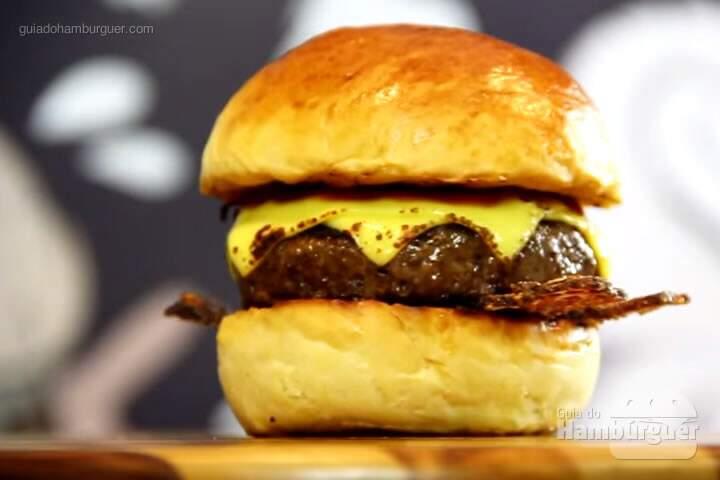 A receita completa do Da Hora Burger leva pão brioche, bacon crocante com castanha de caju, queijo prato e barbecue picante.