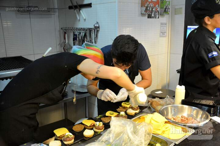 Aritana e Fernando na montagem - The Burger Battle  no Roncador Hamburgueria