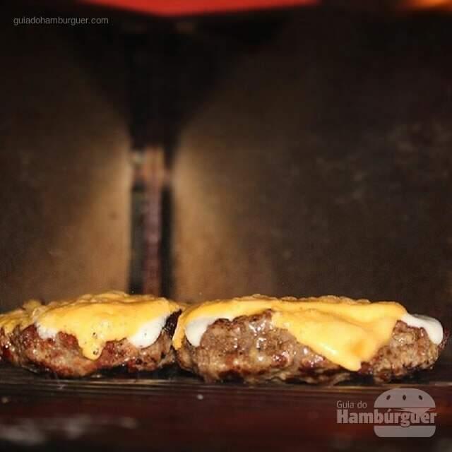 Derretendo o queijo - Burger Joint NY