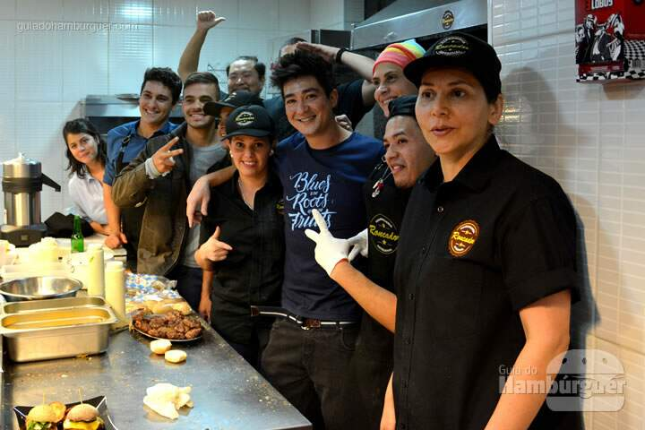 Foto da equipe completa - The Burger Battle  no Roncador Hamburgueria