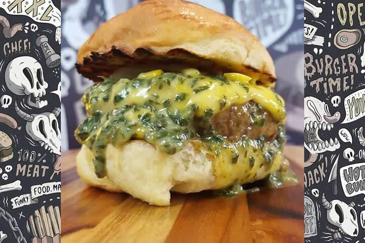 O Popeye Burger é montado no pão brioche com um hambúrguer, queijo prato, creme de espinafre com milho e gema de ovo mole