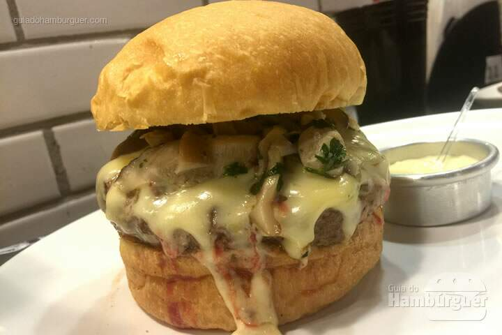 Q-Burger Oriental, hambúrguer, cogumelos fritos (shitake e Paris) e queijo emental por R$ 26,90 - Q-Burger
