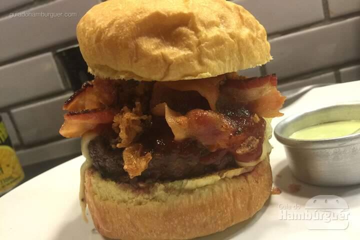 Q-Burger Barbe Jack, hambúrguer com queijo emental, molho barbecue com whisky Jack Daniel's e crispies de cebola por R$ 24,90 - Q-Burger
