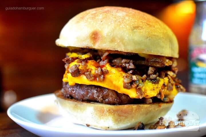 #1 (de 20 a 26 de novembro) Hambúrguer de 150g, cheddar fundido, peito bovino defumado ao estilo texano, bacon e mostarda dijon - R$ 33,00.