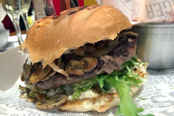 DELUXE BURGER: Hambúrguer de 150 gramas, queijo gruyère, cogumelos frescos salteados, alface frisée e maionese trufada no pão de hambúrguer - 30 anos de Restaurante America